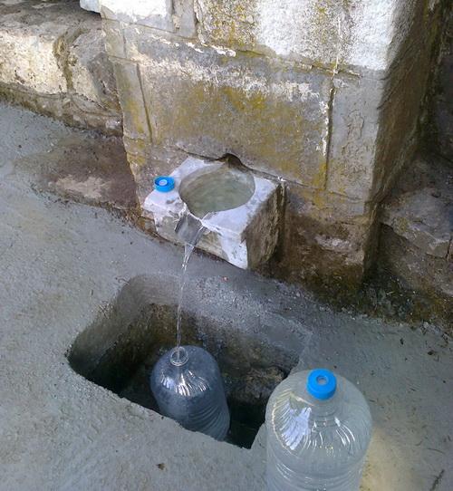 Επισκεύασαν την πηγή Μηλιά οι κυνηγοί για να μη χάνεται το νερό