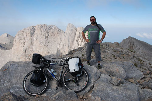 Ο τολμηρός ποδηλάτης που ανέβηκε στην κορυφή του Ολύμπου