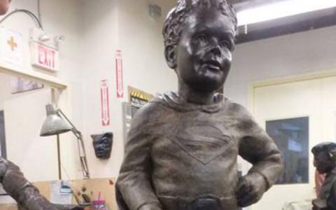 H τραγική ιστορία του 5χρονου Τζέφρι που έγινε άγαλμα ντυμένος Superman