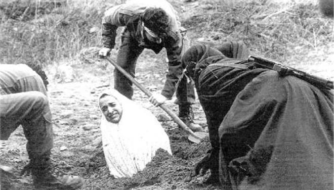 Οι τζιχαντιστές κατηγόρησαν γυναίκα για μοιχεία και την εκτέλεσαν δια λιθοβολισμού
