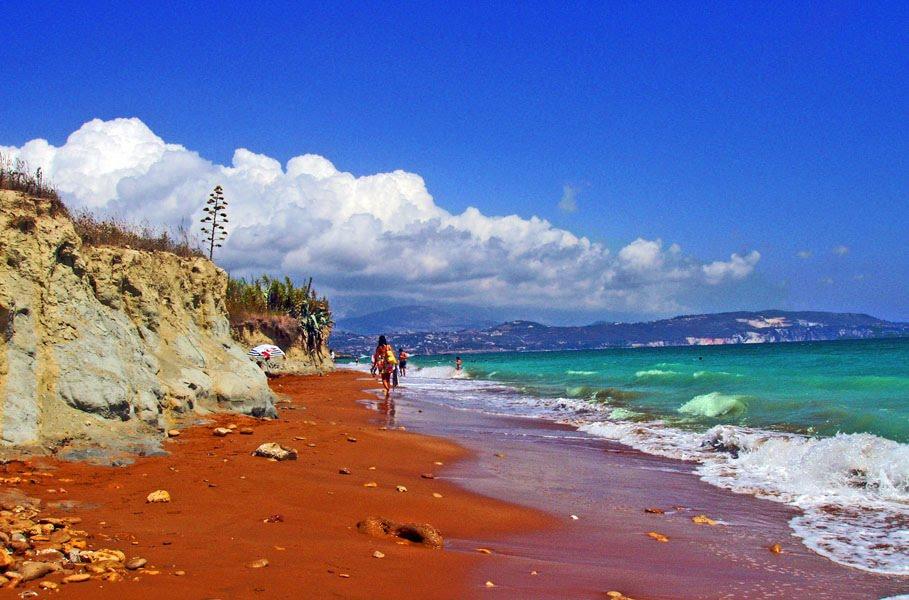Παραλία Ξι -Η άγνωστη πλαζ της Κεφαλονιάς με την κατακόκκινη άμμο και το περίεργο όνομα [εικόνες]