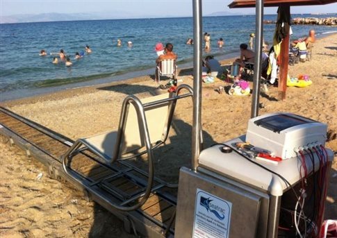 Επανατοποθετείται στην παραλία της Νέας Μάκρης το μηχάνημα για τα ΑμεΑ
