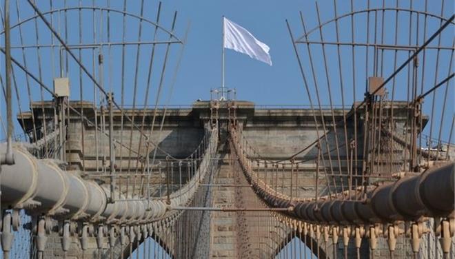 Αγνωστοι ύψωσαν λευκές σημαίες στη γέφυρα του Μπρούκλιν