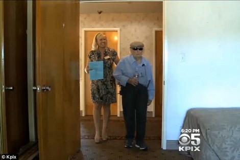 Εδιωξαν ηλικιωμένο από οίκο ευγηρίας γιατί... δεν άντεχαν το γιουκαλίλι του [εικόνες & βίντεο]