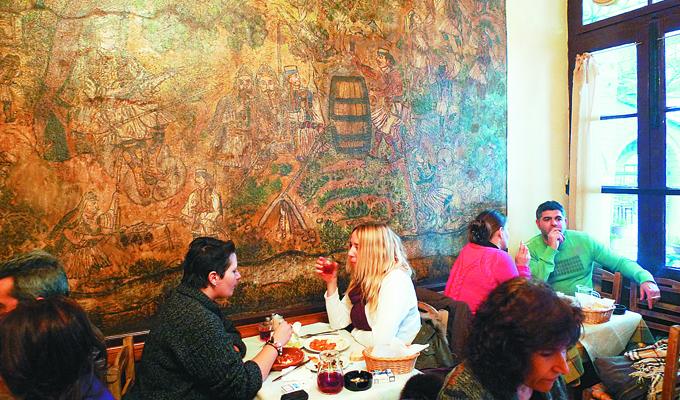 «Πόρτα» στο καφενείο Θεόφιλος σε εκδρομείς που επισκέφτηκαν τη Μακρινίτσα