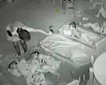 Το «Μικρό Βασίλειο» της κακοποίησης: Νηπιαγωγοί σάπιζαν στο ξύλο πεντάχρονα και τα νάρκωναν με κρασί [βίντεο]