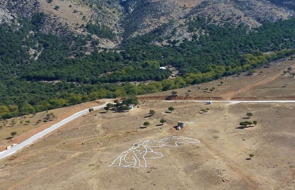 Τεράστιο περίγραμμα της Νίκης της Σαμοθράκης από πέτρες κοσμεί το νησί