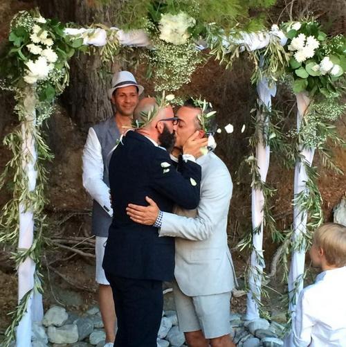 Ο πρώτος gay γάμος στη Σκόπελο! ~ ΜΕΤΑΞΥ ΚΥΠΡΙΟΥ ΚΑΙ ΑΜΕΡΙΚΑΝΟΥ