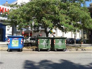 Η απόλυτη εξαθλίωση στο κέντρο των Τρικάλων: παιδί ψάχνει στα σκουπίδια για φαγητό