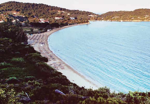 Αυθαίρετη κατάληψη παραλίας στη Σκιάθο