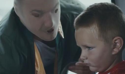 Ο αλκοολικός γονέας μοιάζει ένα τέρας στα μάτια των παιδιών του [βίντεο]