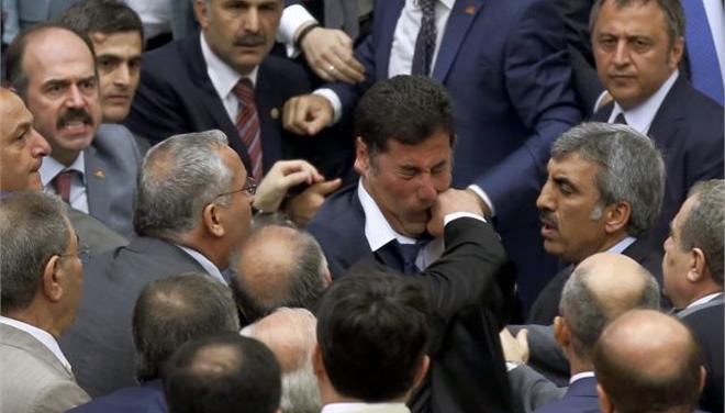Αγριο ξύλο στην τουρκική Βουλή κατά τη διάρκεια συζήτησης για τους τζιχαντιστές