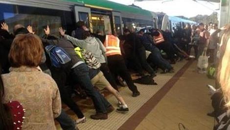 Έσπρωξαν τρένο για να σώσουν εγκλωβισμένο άνδρα [βίντεο]