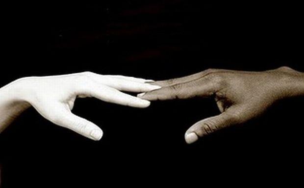 Αόρατος υποβολέας: Η συγκλονιστική καμπάνια κατά του ρατσισμού που σοκάρει [βίντεο]