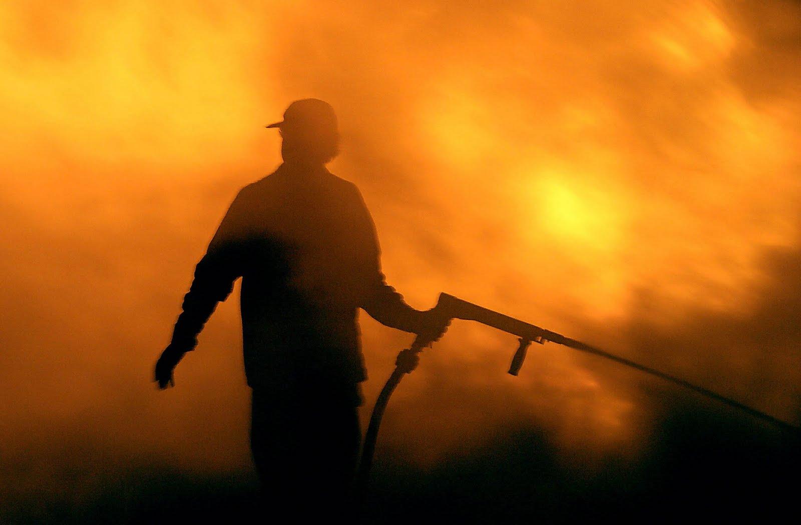 Στην πυρά… από σιτοκαλαμιές ~ ΠΡΩΤΟΦΑΝΗΣ ΠΥΡΙΝΟΣ ΕΦΙΑΛΤΗΣ