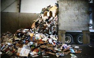 Πετούσαν απόβλητα έξω από τις εγκαταστάσεις της επιχείρησής τους