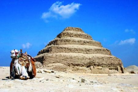 Στην Αμφίπολη βρίσκουν Σφίγγες, στην Αίγυπτο καταστρέφουν την αρχαιότερη πυραμίδα του κόσμου
