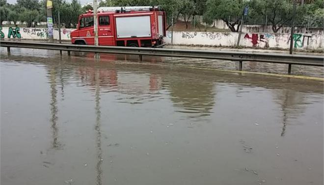 Καταρρακτώδης βροχή στην Αττική - απεγκλώβισαν γυναίκα από το αυτοκίνητό της