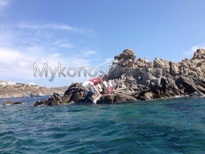 Φουσκωτό εφοπλιστή καρφώθηκε στα βράχια, ανοιχτά της παραλίας του Ορνού στη Μύκονο