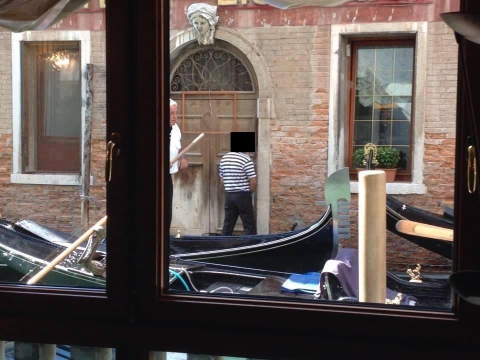 Σάλος με γονδολιέρη που «ανακουφίζεται» δημόσια στη Βενετία
