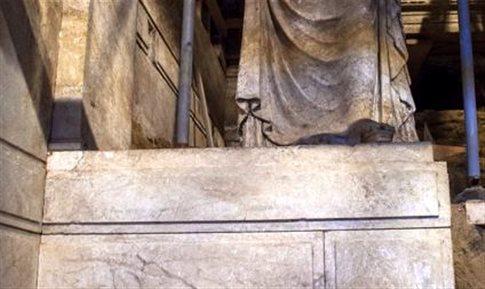 Αμφίπολη: Αποκαλύφθηκαν τα μαρμάρινα βάθρα στα οποία πατούν οι Καρυάτιδες