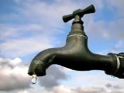 Χάνονται δεκάδες κυβικά νερού από κοινόχρηστη βρύση στον Αγιο Κωνσταντίνο που «τρέχει» όλο το 24ωρο