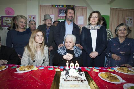 Πάρτι-έκπληξη για γιαγιά που έσβησε 100 κεράκια στη Θεσσαλονίκη