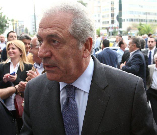 Στρατιωτικούς σχηματισμούς στη Λάρισα επισκέπτεται ο Αβραμόπουλος