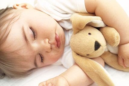 «Μην βάζετε τα νεογέννητα για ύπνο στον καναπέ»