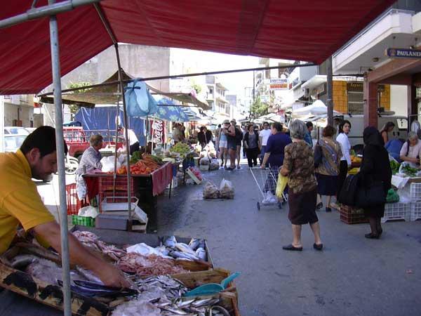 Κατασχέσεις ειδών παρεμπορίου στη λαϊκή αγορά της Καραμπατζάκη