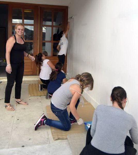 Βάφουν και καθαρίζουν το σχολικό κτίριο του Γυμνασίου Σκοπέλου