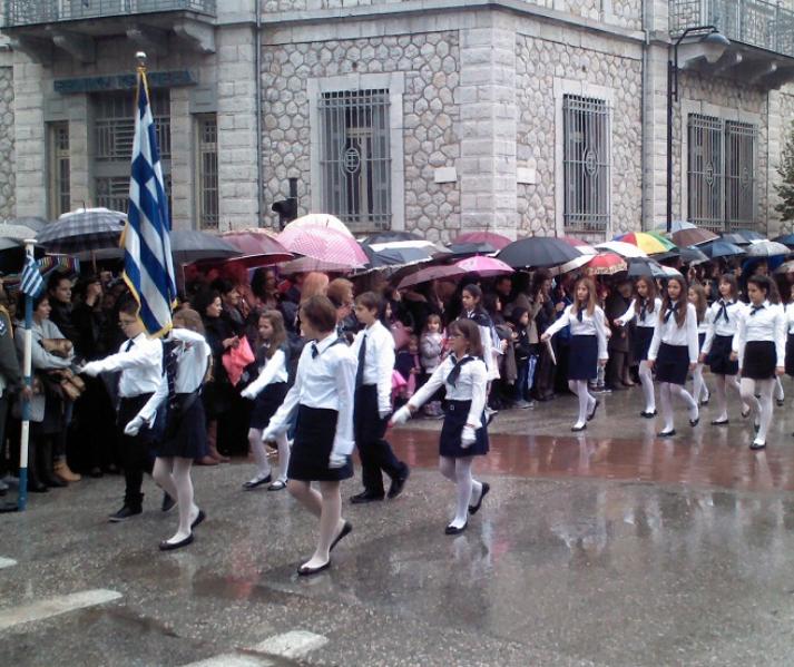 Υπό βροχή η παρέλαση της 28ης Οκτωβρίου στην Καρδίτσα