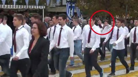Τριήμερη αποβολή επειδή έβγαλαν selfie ενώ έκαναν παρέλαση