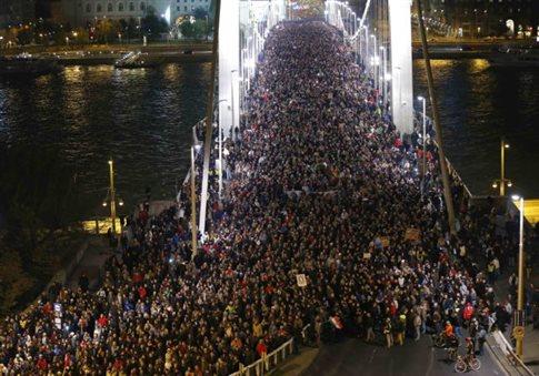 Αποσύρει η Ουγγαρία το φόρο στο Διαδίκτυο μετά τις διαδηλώσεις