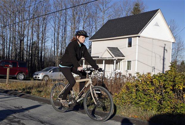 Εμπολα: Βγήκε βόλτα με το ποδήλατο η νοσοκόμα που είναι σε καραντίνα