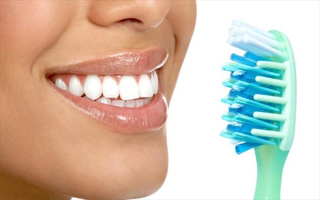 5 αναπάντεχες και βλαβερές για τα δόντια συνήθειες