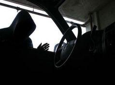 «Βούτηξε» τσαντάκι από ανασφάλιστο όχημα