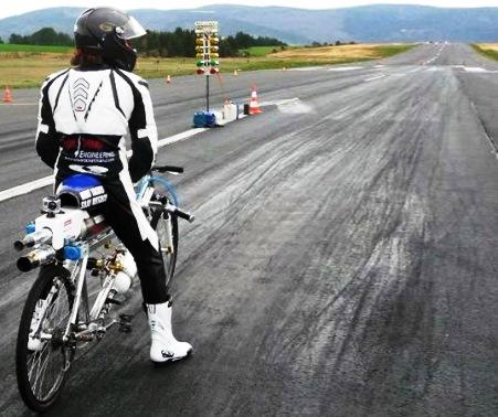 Ποδήλατο-πύραυλος πιάνει 330χλμ/ώρα, αφήνει πίσω μια Ferrari [video]