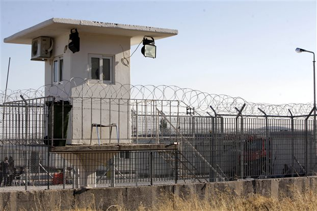 Μαζική απεργία πείνας ξεκίνησαν οι μετανάστες στην Αμυγδαλέζα
