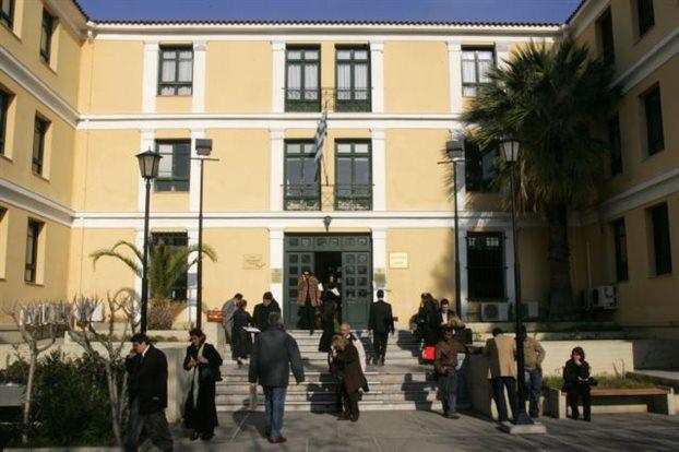 Καταγγελίες των δικηγόρων για ευνοϊκή μεταχείριση των τραπεζών