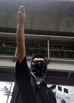 Ο χαιρετισμός των «Αγώνων Πείνας» οδηγεί σε συλλήψεις στην Ταϊλάνδη