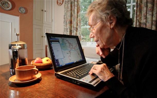 Ηλικιωμένοι μαθαίνουν υπολογιστές στην Σκόπελο