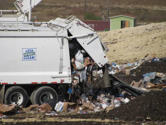 Μάζεψαν τα σκουπίδια στον Πτελεό