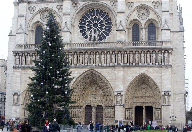 Η Ρωσία πλήρωσε το χριστουγεννιάτικο δέντρο της Παναγίας των Παρισίων