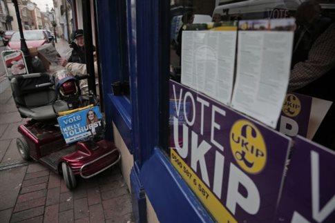 Ο Κάμερον σφίγγει το πλαίσιο για τους μετανάστες από την ΕΕ με φόντο το UKIP