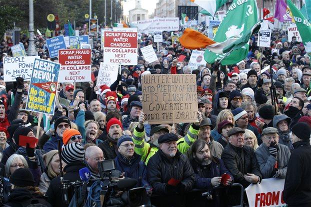 Δουβλίνο: Χιλιάδες διαδήλωσαν κατά της αύξησης της τιμής του νερού