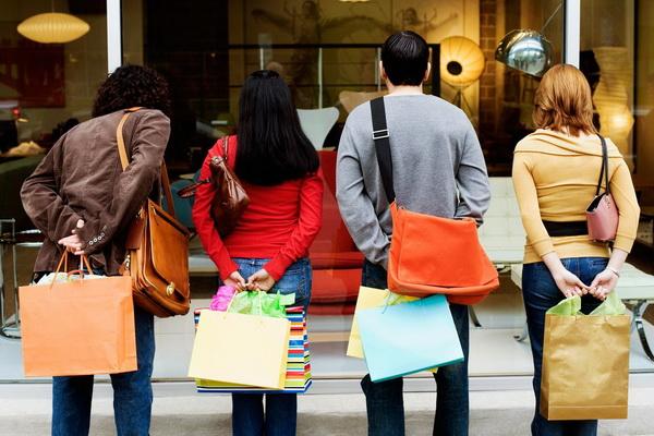 «Πρεμιέρα» εορτών στην αγορά, με αυξημένη κίνηση και δελεαστικές προσφορές