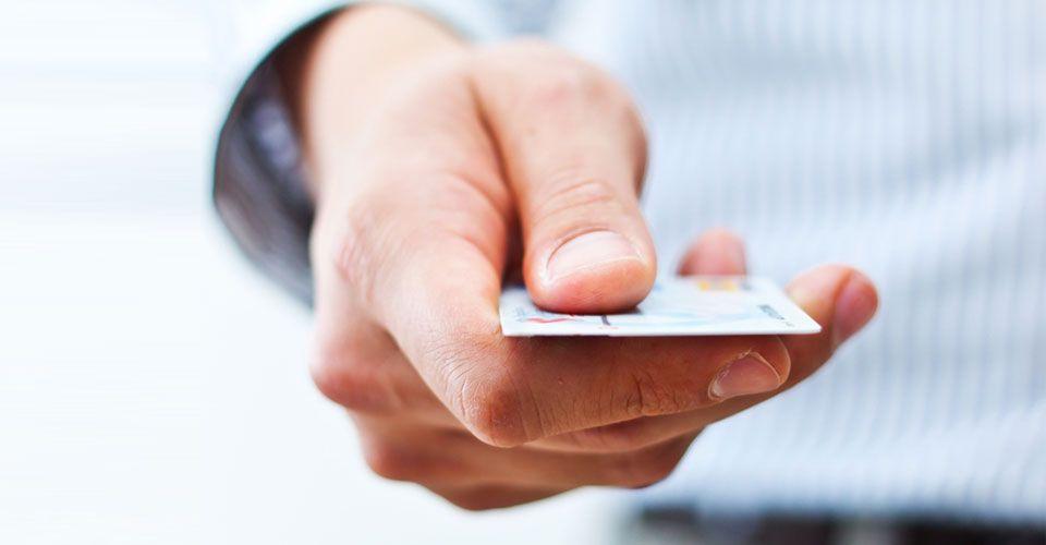 Τραπεζίτης έχασε δουλειά και άδεια γιατί δεν κτυπούσε το νόμιμο εισιτήριο στον προαστιακό