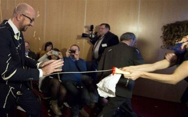 Επίθεση κατά του βέλγου πρωθυπουργού με τηγανιτές πατάτες και μαγιονέζα