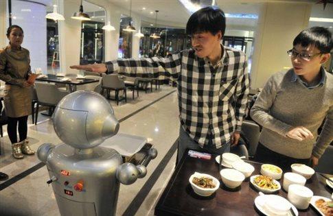 Ρομπότ μαγειρεύουν και σερβίρουν σε εστιατόριο στην Κίνα